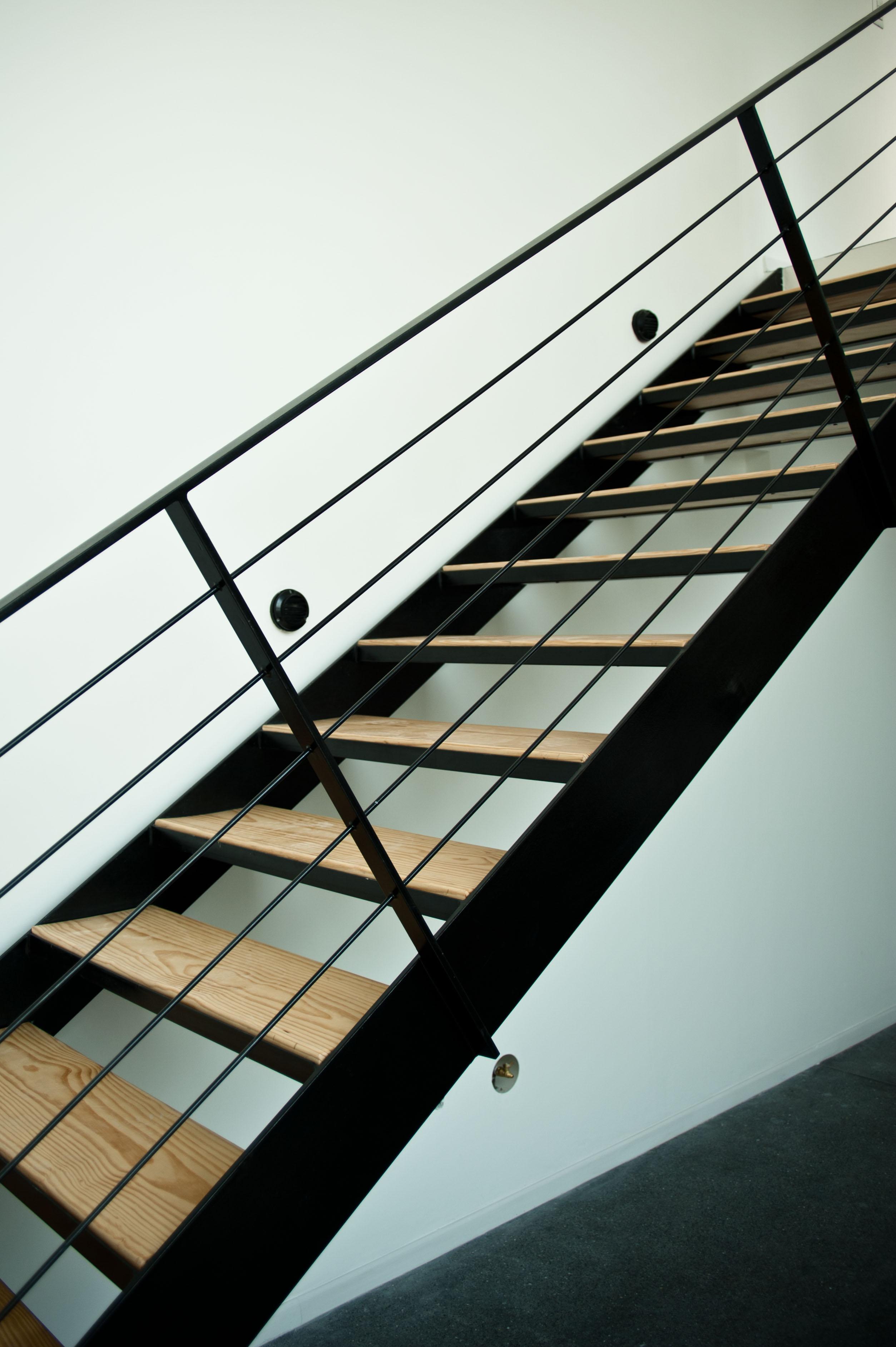 Edificaciones cien escalera met lica con huella de for Escaleras metalicas con madera