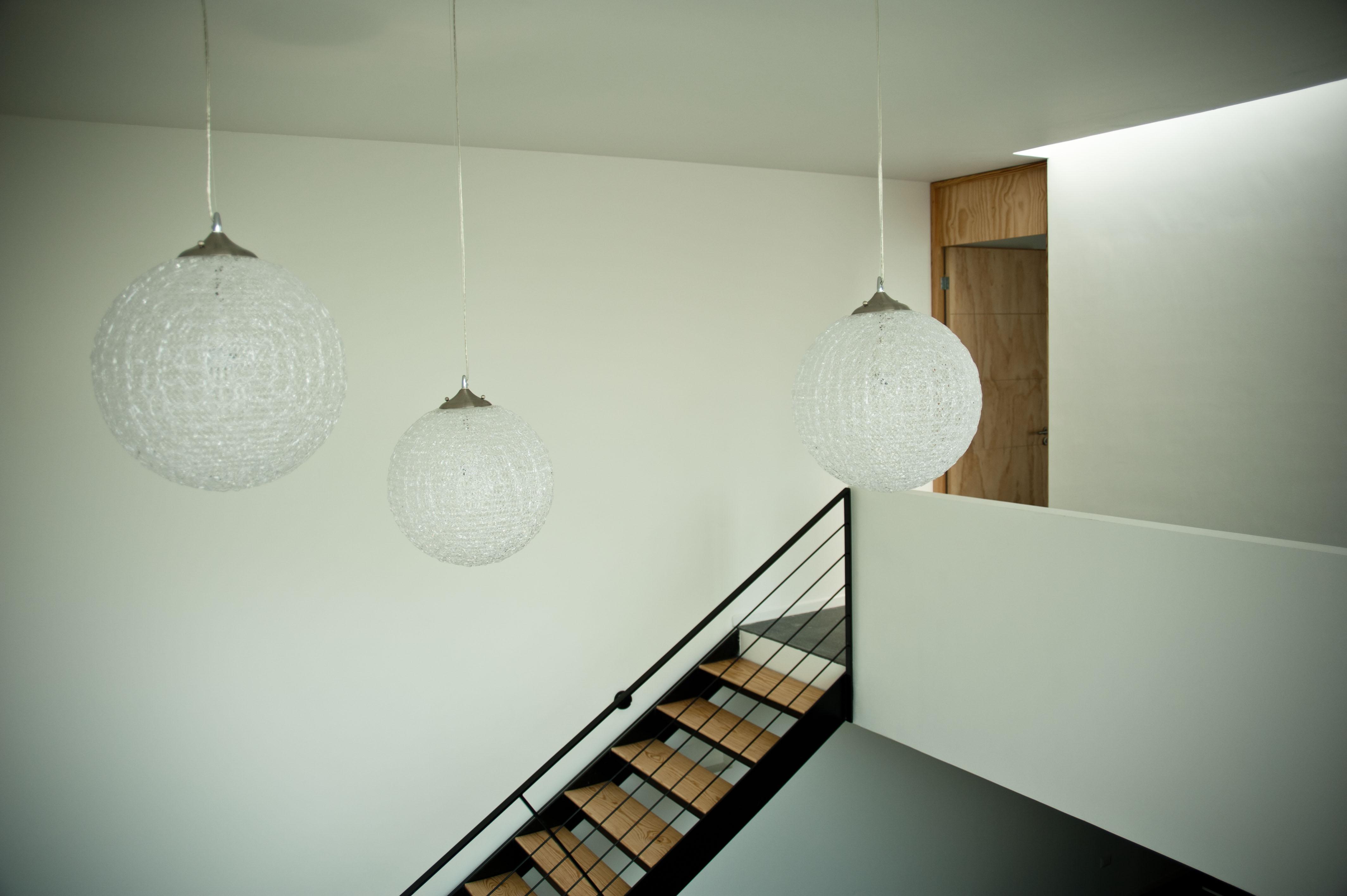 Casa de doble altura con escalera y faros modernos