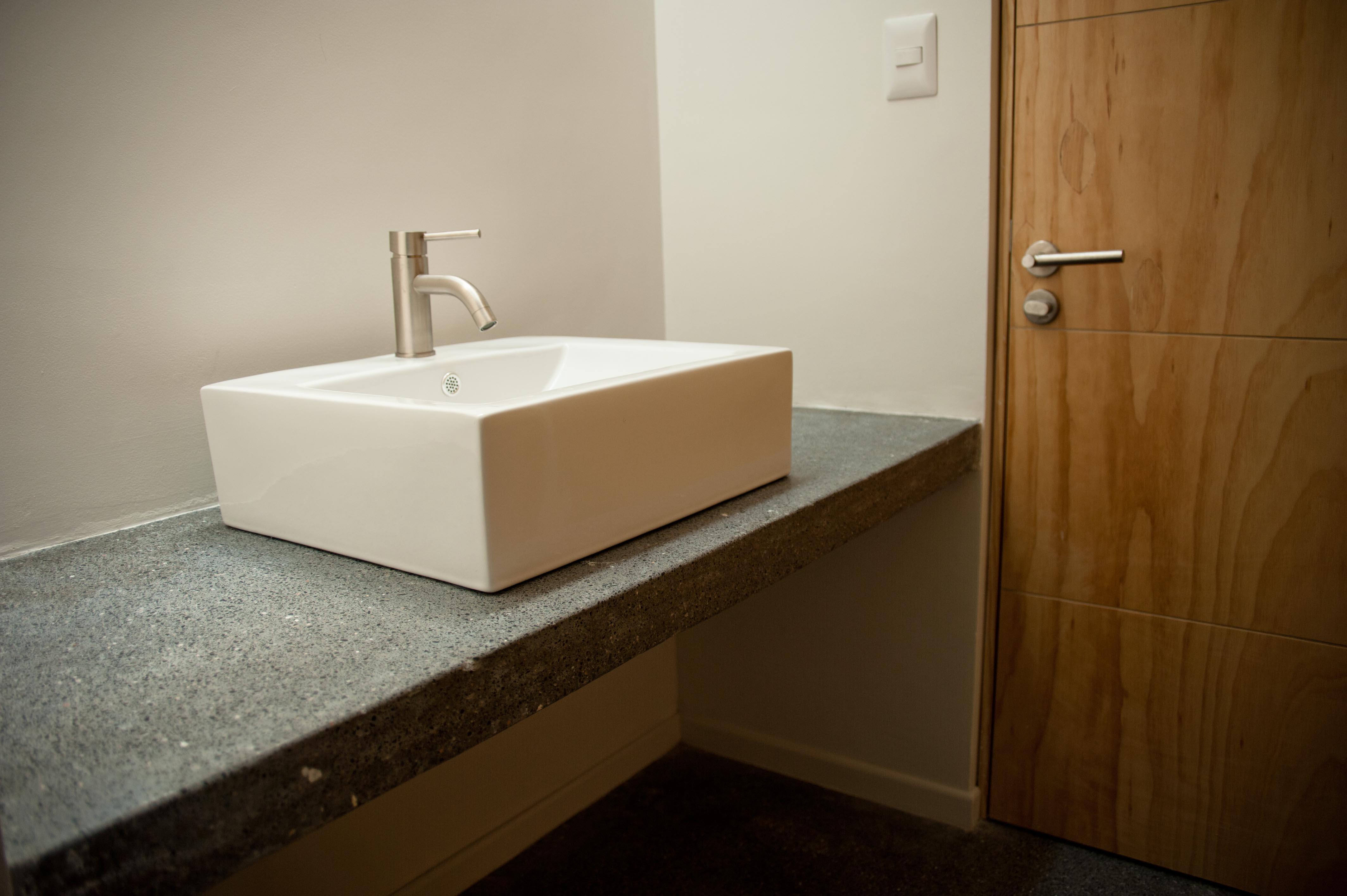 Baño Estilo Contemporaneo: CIEN – Acabados modernos de baño en casa estilo contemporáneo